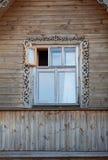 Drewnianej ramy okno z rozpieczętowanym liściem w domu Zdjęcie Royalty Free
