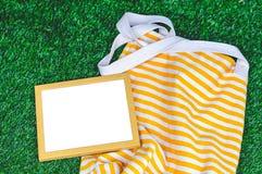 Drewnianej ramy Zielonej trawy tło Zdjęcie Royalty Free