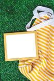 Drewnianej ramy Zielonej trawy tło Obraz Royalty Free
