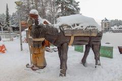 Drewnianej rzeźby wioski stary mężczyzna z osłem zdjęcie stock