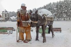 Drewnianej rzeźby wioski stary mężczyzna z osłem obraz royalty free