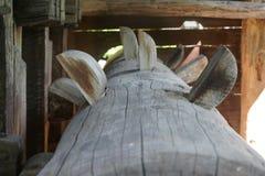 Drewnianej wodnego młynu osi szczegółowy widok zdjęcie stock