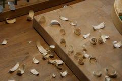 Drewniani świstki od strugarki drewniany tło zdjęcia royalty free