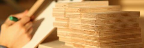 Drewniani bary kłama z rzędu zbliżenie fotografia royalty free