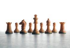 Drewniani biali szachowi kawałki wykładający w górę z rzędu obraz stock