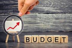 Drewniani bloki i «budżet «wpisowy i w górę strzały Pojęcie biznesowy sukces, pieniężny przyrost i bogactwo, Przyrostowy pr fotografia stock