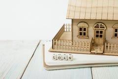 Drewniani bloki literuje słowo pożyczka i modela dom na stole Zdjęcie Stock