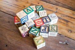 drewniani bloki na drewnianym stole Obrazy Stock