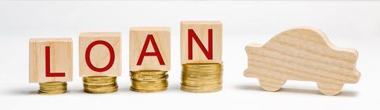 Drewniani bloki z monetami słowo pożyczka i samochód Pojęcie kupować samochód na kredycie Dług dla samochodu pojazd _ zdjęcia royalty free