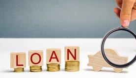 Drewniani bloki z monetami słowo pożyczka i samochód Pojęcie kupować samochód na kredycie Dług dla samochodu pojazd _ zdjęcie stock