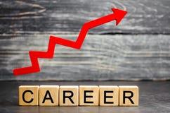 Drewniani bloki z słów karierą «i w górę strzały ogłoszenia towarzyskiego i kariery przyrost samorozwój, sukces, postęp i możny, zdjęcia stock