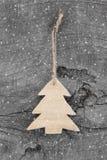Drewniani boże narodzenia rzeźbili drzewa - podławy styl na popielatym tle Obrazy Royalty Free