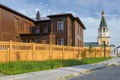 Drewniani budynki i kościół przy starym miasteczkiem w Yakutsk Obraz Royalty Free