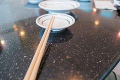 Drewniani Chopsticks na białym talerzu fotografia stock