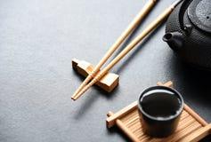 Drewniani Chopsticks Na czarnym stole zdjęcia stock