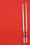 Drewniani chopsticks na czerwieni fotografia stock