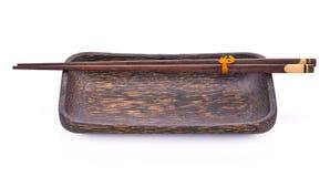Drewniani chopsticks z drewnianym talerzem Obrazy Royalty Free