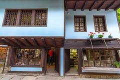 Drewniani dekoracyjni elementy w Bałkańskiej architekturze w etnograficznym powikłanym ` Eteru ` w Bułgaria obrazy stock