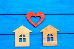 Drewniani domy i serce na błękitnym tle pojęcie miłość w domu Zdjęcie Royalty Free
