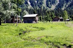 Drewniani domy w krajobrazie i dolinie Obraz Royalty Free