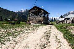 Drewniani domy w krajobrazie i dolinie Fotografia Stock