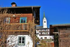 Drewniani domy wiejscy i kościół w Goldegg, Austria, Europa obrazy stock