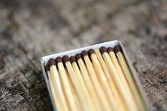 Drewniani dopasowania w pudełku, zamykają up Zdjęcie Royalty Free