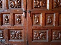 drewniani drzwi antykwarski meble z rękojeściami, tłem i teksturą, zdjęcie stock