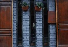 Drewniani drzwi i ściana z cegieł fotografia stock