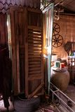 Drewniani drzwi które no są w użyciu zdjęcie stock
