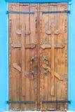 Drewniani drzwi z ortodoksyjnymi krzyżami Obrazy Stock