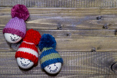 drewniani Easter jajka Emoticons w trykotowym kapeluszu z pom-poms han Obraz Royalty Free