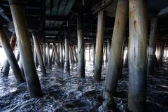 Drewniani filary pod Santa Monica molem zdjęcia royalty free