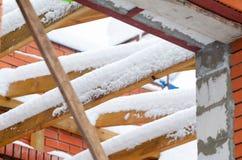 Drewniani flisacy dla dachu zakrywającego z śniegiem zdjęcia royalty free