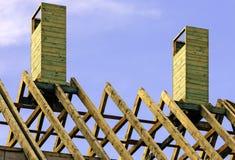 Drewniani flisacy na nowym domu obrazy stock