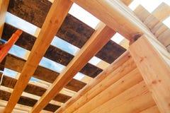 Drewniani flisacy przeciw niebieskiemu niebu w domowy w budowie fotografia stock