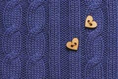 Drewniani guziki na sercu na trykotowym wełny błękita tle to walentynki dni Obraz Royalty Free