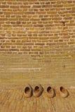 Drewniani Holenderscy chodaki na zewnątrz wiatraczka domu ściany Obraz Royalty Free