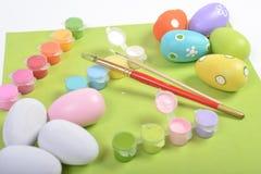 Drewniani jajka maluje w procesie Fotografia Royalty Free