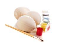 Drewniani jajka przygotowywający być malujący odosobniony na bielu Zdjęcie Stock