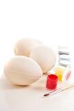 Drewniani jajka przygotowywający malującymi Fotografia Stock