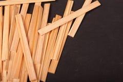 Drewniani kije na czarnym tle zdjęcia stock