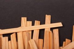 Drewniani kije na czarnym tle obrazy stock