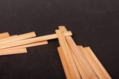 Drewniani kije na czarnym tle obraz stock