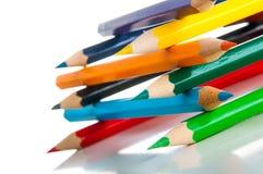 Drewniani kolorów ołówki na białym tle,  Zdjęcie Stock