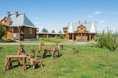 Drewniani konie i rosjanów domy obraz royalty free