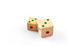 Drewniani kostka do gry kopię odizolowywać trzy punktu na białym tle Fotografia Stock