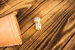 Drewniani kostka do gry na drewnianym tle na sześć obrazy stock