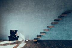 Drewniani kroki przeciw szarości ścianie i czarnemu karłu przeciw szarej ścianie tynk zdjęcie stock