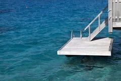 Drewniani kroki szafot dla kąpać się w morzu zdjęcia royalty free
